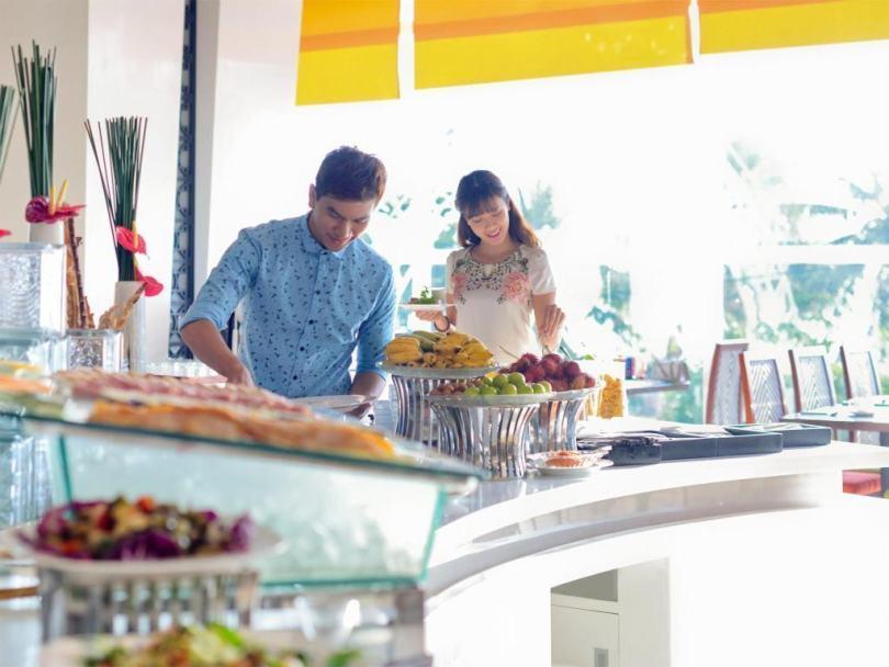 Bữa ăn buffet ở khách sạn Novotel ở Nha Trang
