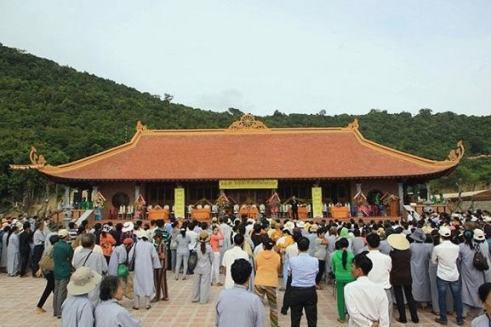 Rất nhiều du khách đến tham quan chùa Hộ Quốc