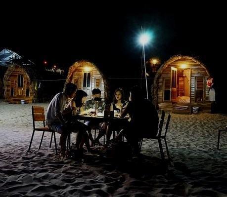 Tiệc nướng BBQ trước khu nhà gỗ Cô Tô Village