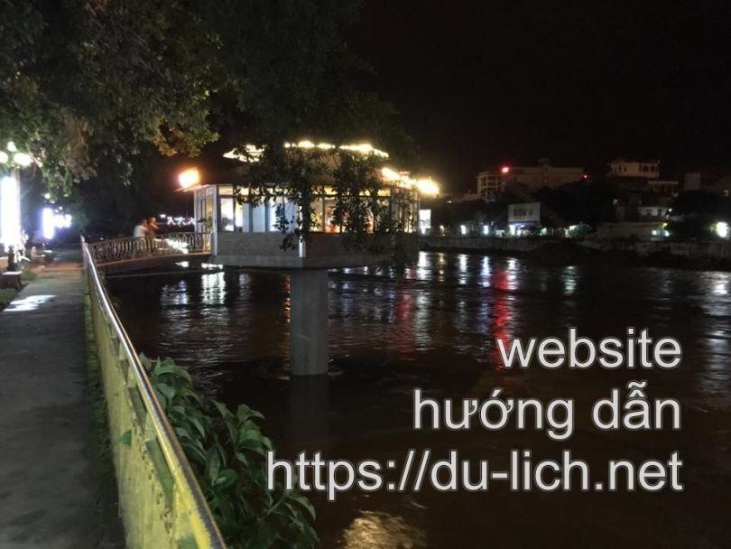 Hình ảnh các quán cà phê Hà Giang nổi trên sông Lô ngay trung tâm