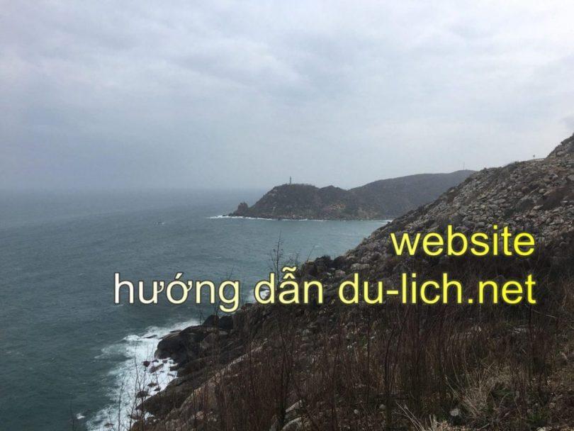 Kinh nghiệm đi Mũi Điện - Bãi Môn: hình ảnh cung đèo vượt lên, xa xa là ngọn hải đăng