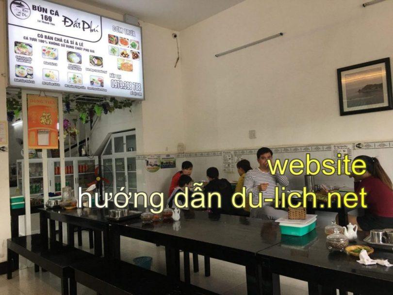 Hình ảnh các bàn ăn và không gian bên trong quán chuyên về cá Đất Phú