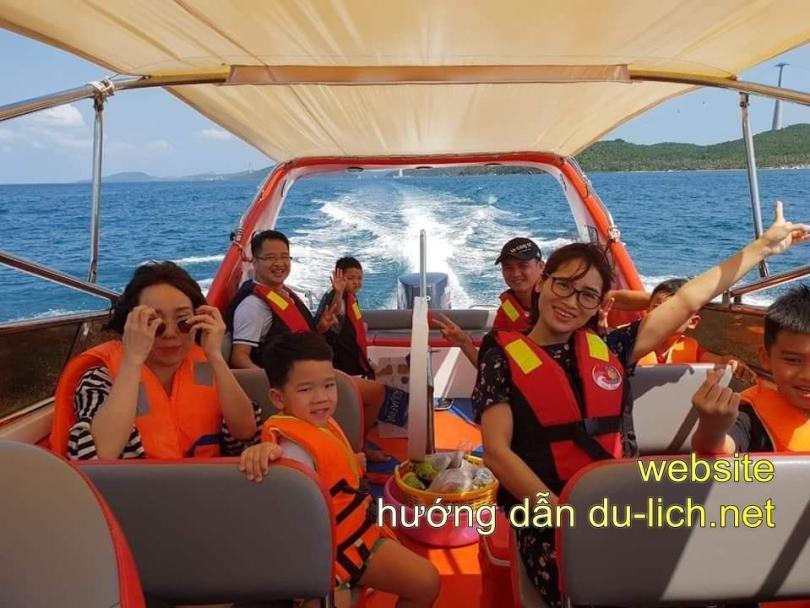 Từ tt Dương Đông, bạn đi taxi xuống cảng An Thới, thuê tàu ra 2-4 hòn đảo ở phía nam để tắm, lặn ngắm san hô