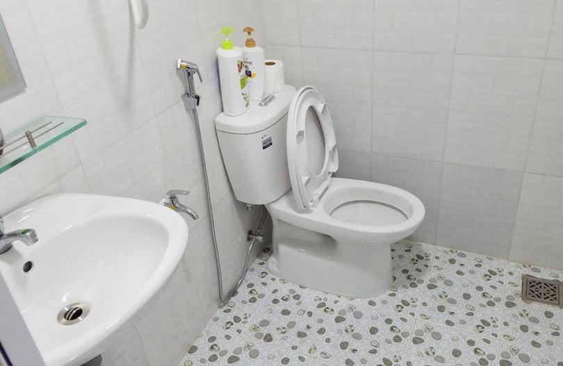 Hình ảnh khu nhà vệ sinh khép kín trong mỗi phòng dom của May Homestay