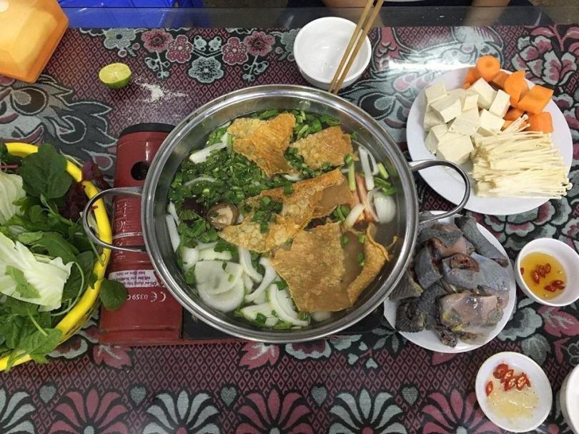 Lẩu gà đen giá 350.000 đồng/nồi dành cho 2 người tại quán Hải Hiền, tt. Đồng Văn. Trên này có vẻ gà đen là đặc sản