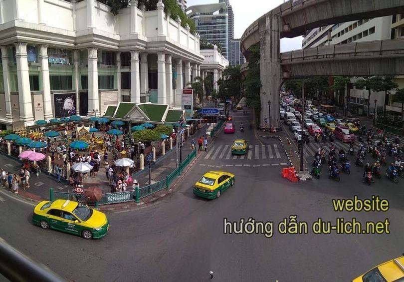 Cảnh tượng giao thông ở Bangkok, có rất nhiều taxi và BTS, MRT
