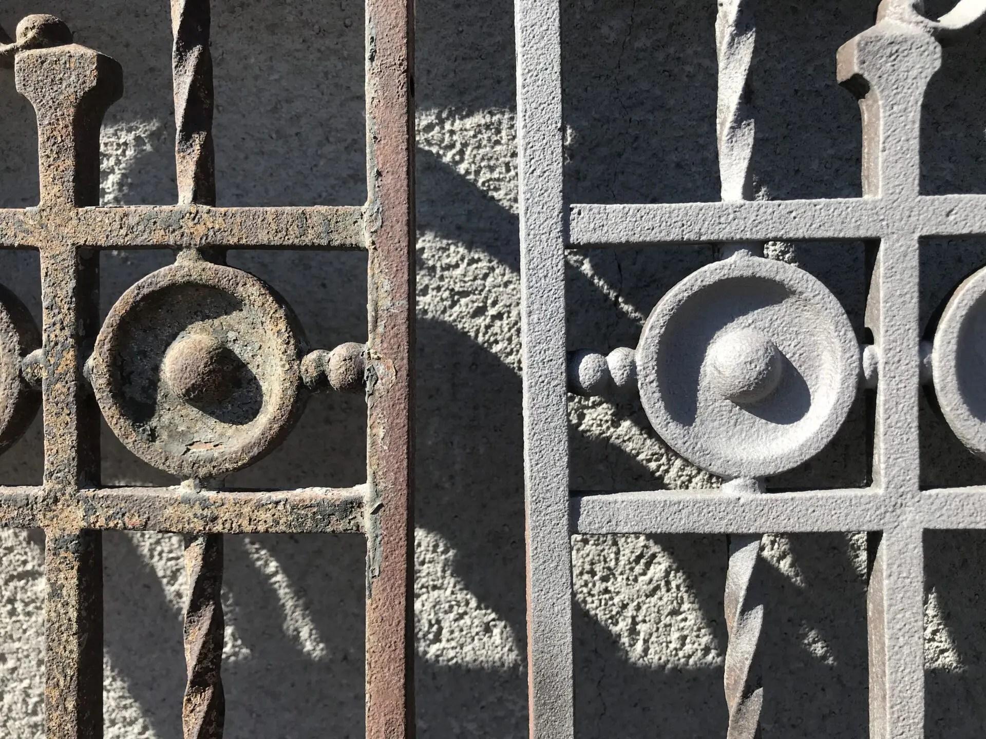 Barrières et grilles en fer forgé sablées et apprêtées