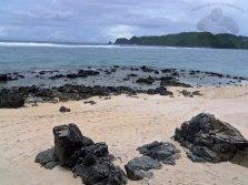 pantai sebelah kiri yang berbatu