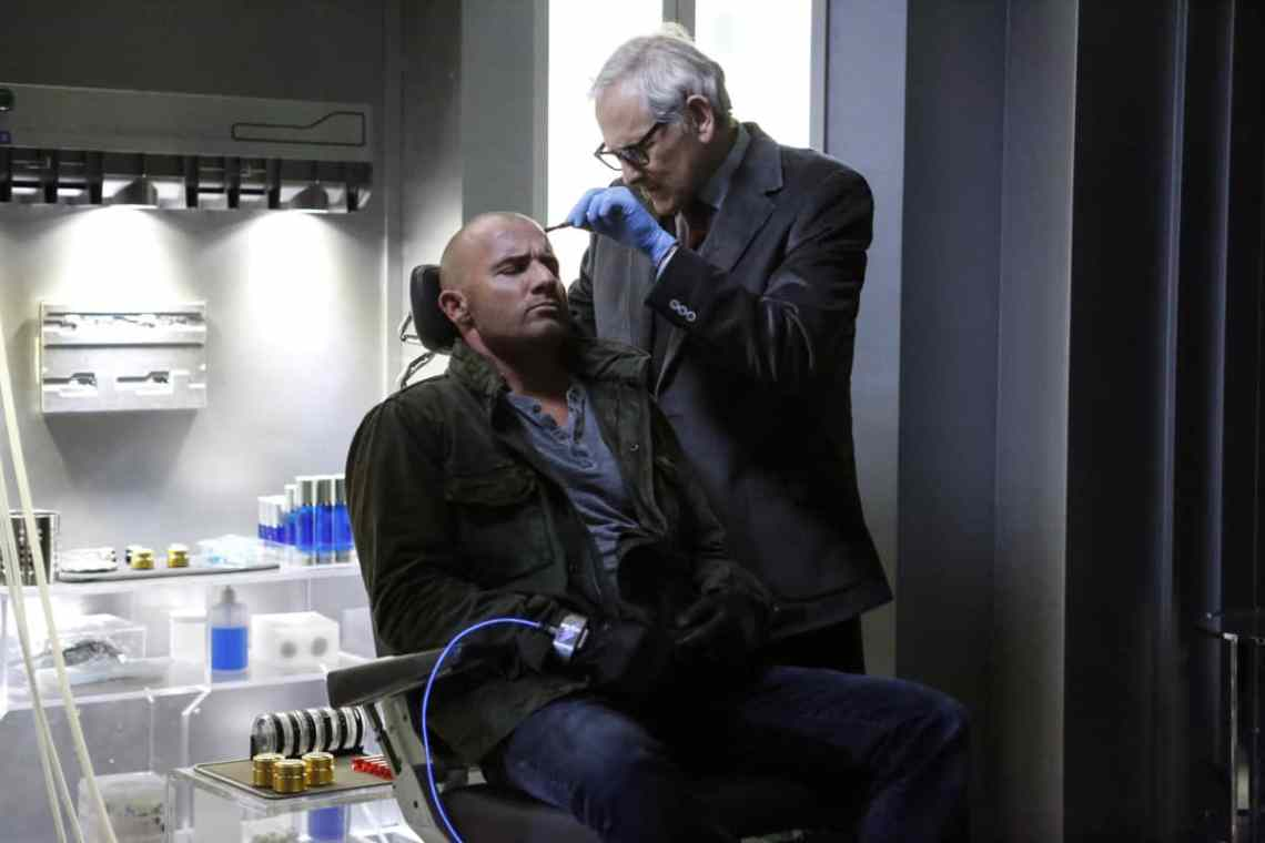 """DC's Legends of Tomorrow --""""Raiders of the Lost Art""""-- LGN209a_0008.jpg -- Pictured (L-R): Dominic Purcell as Mick Rory/Heat Wave and Victor Garber as Professor Martin Stein -- Photo: Bettina Strauss/The CW -- © 2017 The CW Network, LLC. All Rights Reserved"""