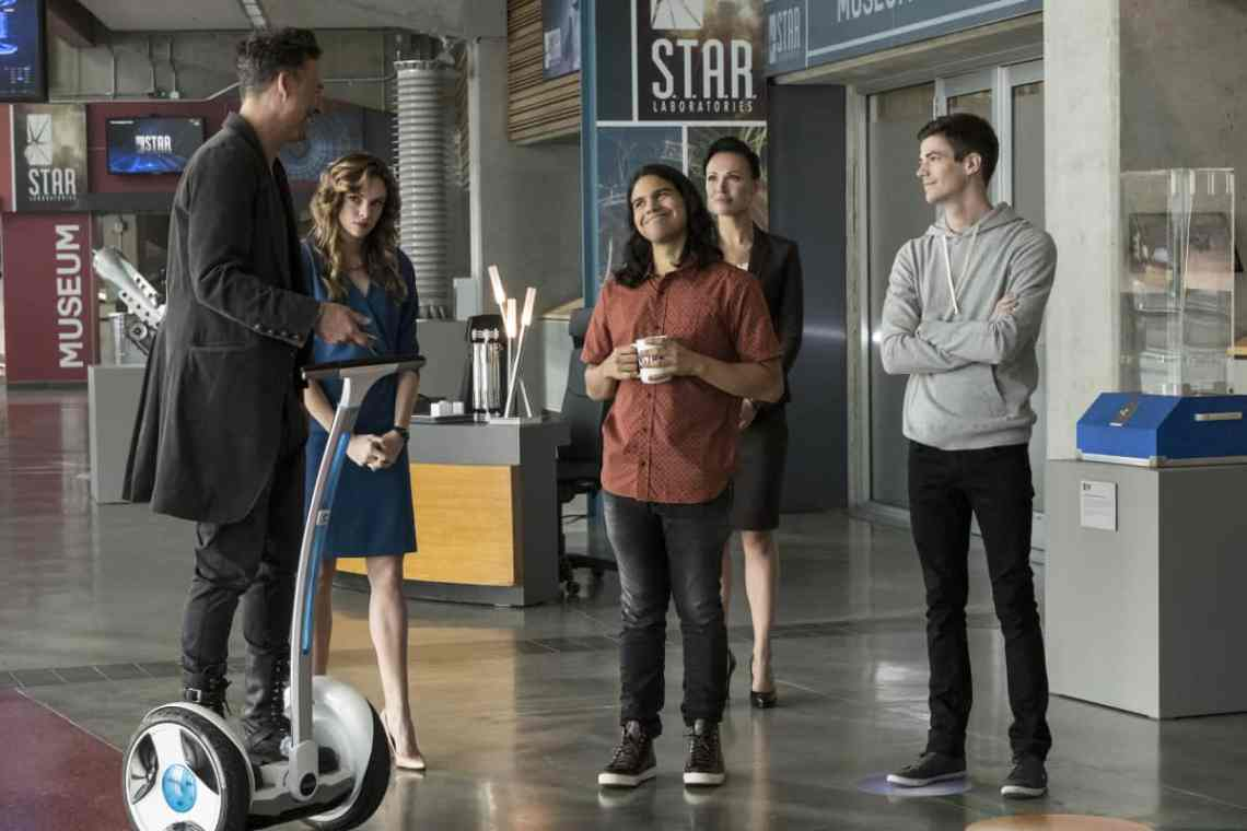 """The Flash -- """"Borrowing Problems from the Future"""" -- Image FLA310b_0034b.jpg -- Pictured (L-R): Tom Cavanagh as Harrison Wells, Danielle Panabaker as Caitlin Snow, Carlos Valdes as Cisco Ramon, Lindsay Maxwell as Olga and Grant Gustin as Barry Allen -- Photo: Katie Yu/The CW -- © 2016 The CW Network, LLC. All rights reserved."""
