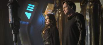 "Supergirl -- ""Star-Crossed"" -- SPG216b_0328.jpg ñ Pictured (L-R): Teri Hatcher as Rhea and Kevin Sorbo as Lar Gand -- Photo: Robert Falconer/The CW -- © 2017 The CW Network, LLC. All Rights Reserved"