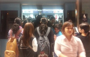 Metro users struggle to get on and off trains due to crowding at the doors (Majorie Van Leijen)