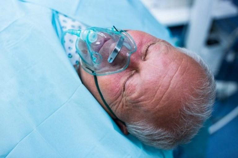 patient hospitalise avec un masque a