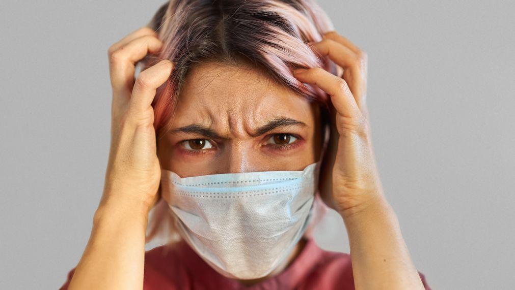 femme masque triste colere