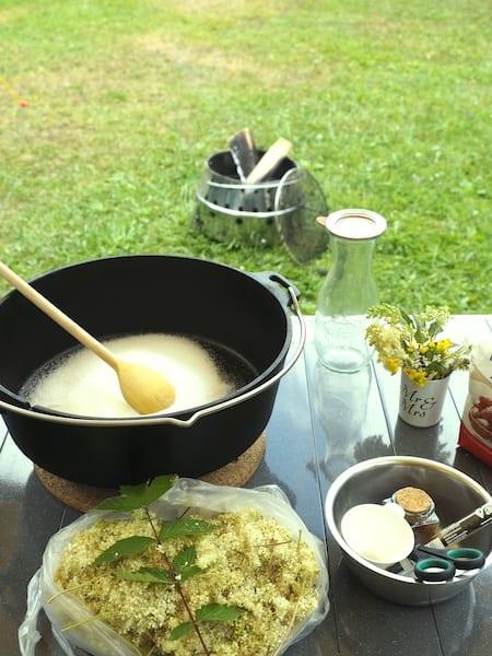 Outdoor-Kochen von Mädesüss-Sirup