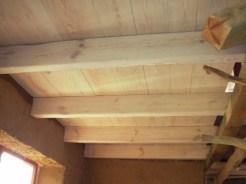Rozjaśniony, drewniany sufit. To jest dobra decyzja.