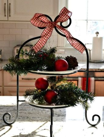 How to decorate using Christmas ornaments