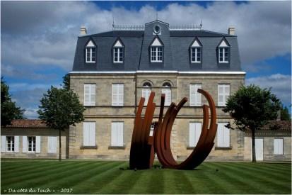 BLOG-P7110192-monumentale Bernar Venet chateau Malescasse