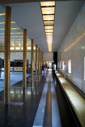Galerij met goudkleurige zuilen en zitbanken in de Burgerzaal
