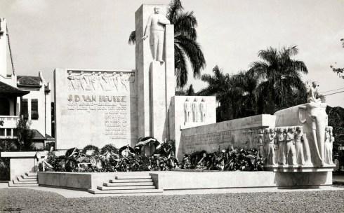 In 1932 wordt in Batavia (Jakarta) een monument onthuld ter nagedachtenis aan Generaal J.B. van Heutsz, Gouverneur Generaal van Nederlandsch Indië van 1904 - 1909. Maker: fotograaf: Fotograaf onbekend