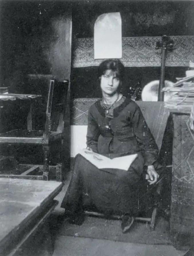 Jeanne Hebuterne, ritratta nello studio di Amedeo Modigliani