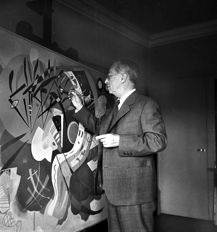 Vasilij Kandinskij nel suo studio