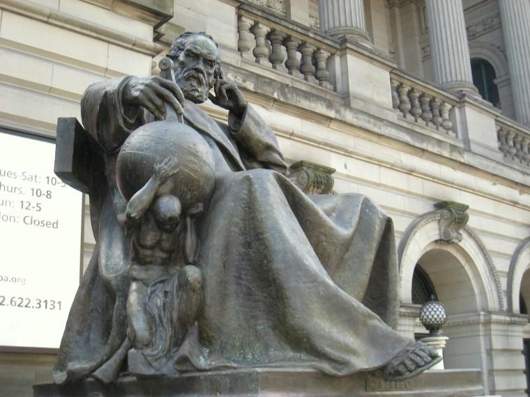 John Massey Rhind, scultura di Galileo posta all'ingresso del museo Carnegie di Pittsburgh, Pennsylvania, USA (Foto di Daderot)