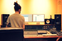 Omar poniendo a punto las sesiones de grabación