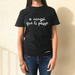 camiseta negra chica a ningu que li passe