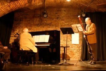 Das ungarische Trio, besetzt mit einem Klavier, einen Fagott und einer Klarinette, spielte einen bunten Strauß von Kompositionen, von Mozart bis Schumann und Beethoven,Tschaikowsky , Mussorgski, sowie Kodály und Bartók und sie ernteten lebhaften Beifall vom Publikum.