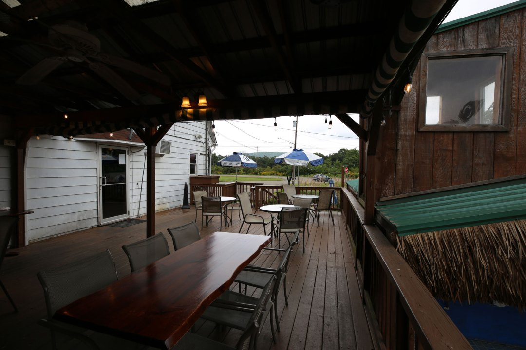 dugoutpizza_outdoor_bar_seating