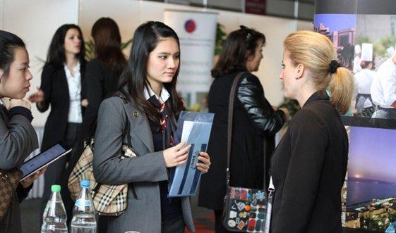 Sinh viên gặp gỡ nhà tuyển dụng