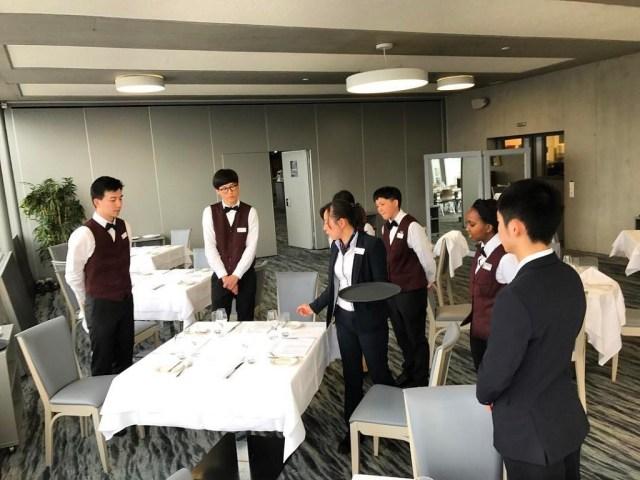 Sinh viên Thụy Sĩ học dịch vụ fine dining - loại hình phục vụ đòi hỏi sự tỉ mỉ, khéo léo rất cao