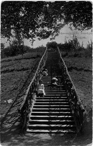 De 72-trapjes van het Stekelduin. De naam was waarschijnlijk gekozen vanwege de gebruikte beplanting op de top, zoals meidoorn of sleedoorn