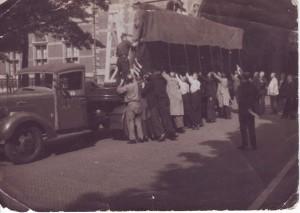 De Nachtwacht wordt door vele handen op een dieplader geholpen om vervolgens vervoerd te worden naar Medemblik. (collectie Anton Bouter)