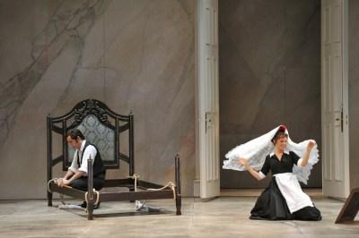 La Nozze di Figaro (v. l.): Figaro (Adam Palka) mit seiner Braut Susanna (Anett Fritsch). Foto: Hans Jörg Michel. Zum Vergrößern bitte anklicken.