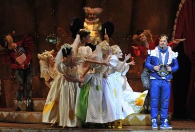 Der Prinz (Corby Welch) sucht eine Frau. Viele Prinzessinnen werben um ihn ...