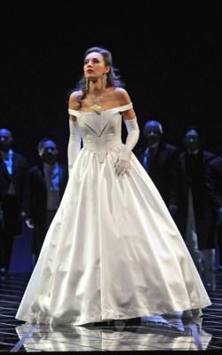 Brigitta Kele als Violetta Valéry mit dem Chor der Deutschen Oper am Rhein. Foto: Hans Jörg Michel.