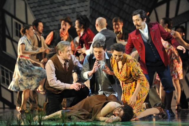 VORNE: Bruno Balmelli (Vater), Dmitri Vargin (Leander), Sarah Ferede (Mutter), Alma Sadé (Lena) HINTEN: Chor, Tänzerinnen und Tänzer. Foto: Hans Jörg Michel.