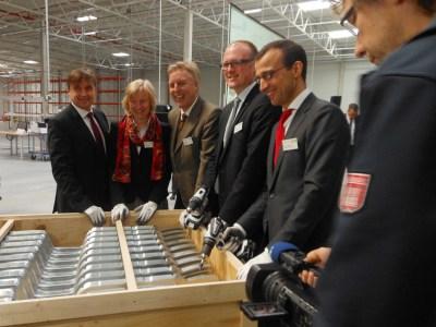 Sie haben die erste Kiste für den Versand fertig gemacht: Michael Neumann (Syncreon), Astrid Lühring (Volkswagen), Erich Staake (Duisburger Hafen), Oberbürgermeister Sören Link und Jordan Corynen (Goodman).