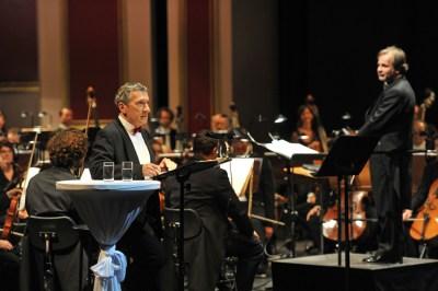 Rudolf Kowalski (Erzähler), Axel Kober, Duisburger Philharmoniker © Hans Jörg Michel.