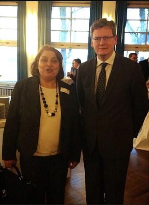 Vasilka Bettzieche vom Vorstand der Stimme der Migranten e.V. mit EU-Kommissar Laszlo Andor. Foto: privat.