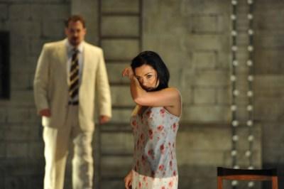 Macht seiner jungen Frau eine Szene: Gary Lehmann (Canio) und Nataliya Kovalova (Nedda). Foto: Hans Jörg Michel.