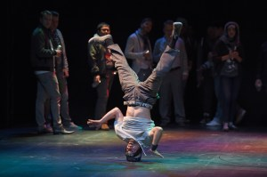 "Breakdancer der Projektgruppe ""Oper meets HipHop"" / aktuelles forum nrw, Projektchor. Foto: Hans Jörg Michel."