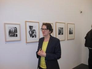 Kuratorin Dr. Ilka Voermann führt nach dem Pressegespräch durch die Ausstellung. Foto: Petra Grünendahl.