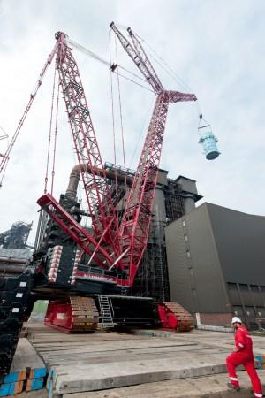 """""""Ersatzteile"""" für einen Kondensierturm und für den Hochofen: Bauteile, die ein Spezial-Schwerlastkran im Rahmen der Neuzustellung von Europas größtem Hochofen vor Ort bewegte, wiegen bis zu 120 Tonnen. So schwer ist auch ein ausgewachsener Blauwal.  Foto: ThyssenKrupp Steel Europe AG"""