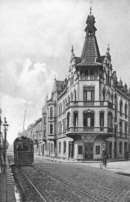 Friedrich-Wilhelm-Straße 1910. Rechts die heutige Lenzmannstraße, wo es zum Parkhaus Forum geht.