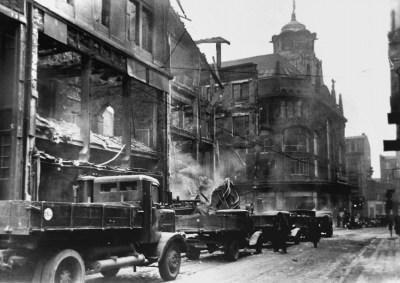 Links das zerstörte Kaufhaus Horten Münzstraße / Ecke Beekstraße nach dem Luftangriff vom 20. Dezember 1942. Das Kaufhaus Fahning (dahinter) mit seinem markannten Turmaufbau blieb fast unbeschädigt.