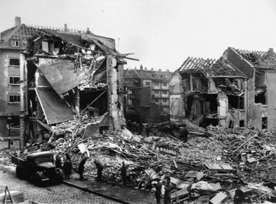 Bismarckstraße / Ecke Kammerstraße in Neudorf nach dem Angriff vom 29./30. März 1943: Ein einziges Trümmerfeld.