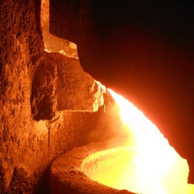 Beim Abstich fließt das heiße Roheisen in eine Pfanne. Foto: Petra Grünendahl.